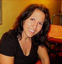 Picture Book Author L.A. Kefalos Headshot. She is wearing a black tshirt and smiling